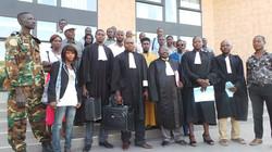 groupe au tribunal