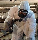 ein-arbeiter-in-schutzanzug-befreit-rohr