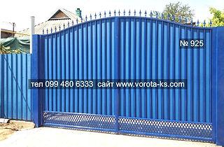 синие ворота из металлопрофиля с сеткой внизу
