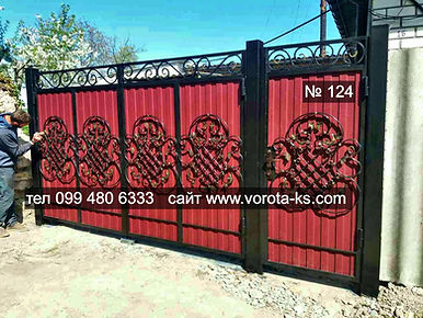 Красивые ворота из профлиста с добавлением кованых элементов