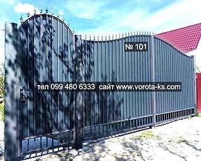 Металлические ворота из профлиста серого цвета с калиткой рядом