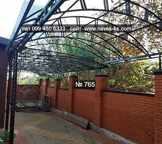 Многоскатная металлическая арка во двор из монолитного поликарбоната