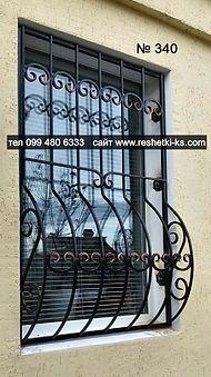 Наружная дугообразная кованая решетка на окно с пузиком