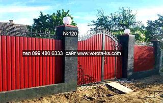 Забор с воротами из красного профлиста с калиткой внутри и коваными элементами.jpg