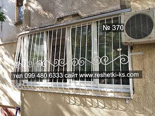 Металлическая сварная решетка с коваными элементами на балкон раздвижного типа.