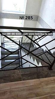 Металлическое перило решетка на лестницу и окно