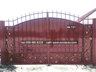 Металлические ворота бордового цвета с ковкой листьями винограда