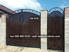 Металлические распашные ворота с калиткой рядом черного цвета