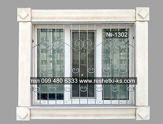 Сварная прямая решетка на окно серебристого цвета.
