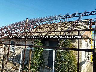 Металлические конструкции над домом для