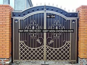 Металлические ворота распашного типа с каванными элементами серебристо-черного цвета
