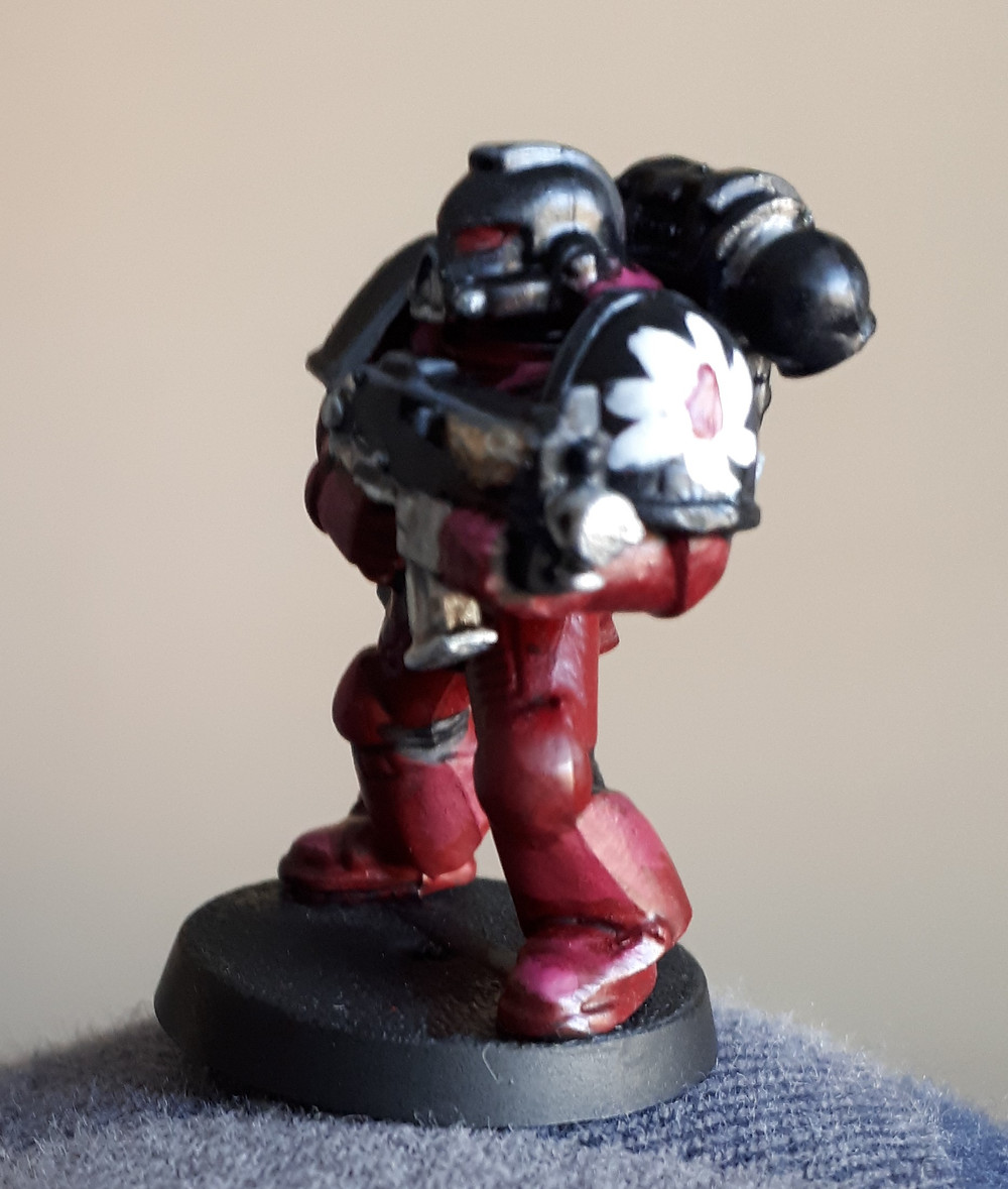I'm incredibly happy with how well the Flesh Tearers insignia turned out on this shoulder, since it managed to not look like a potato