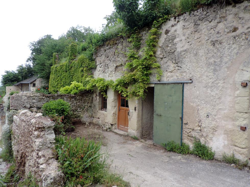 Façade du troglo 1875, en Val de Loire