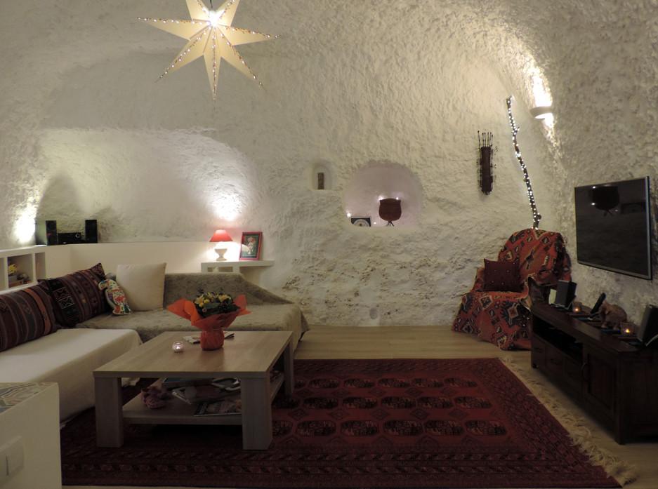Salon d'une habitation troglodytique à La Rochère