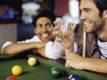 Los hombres borrachos se sienten atraídos por otros hombres según estudio