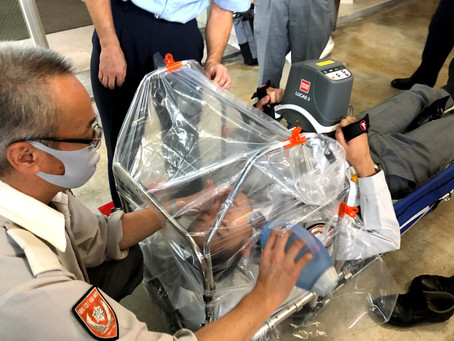 救急車内の感染防止対策、折りたたみ式「ストレッチャー用エアロゾルカバーフレーム」を開発