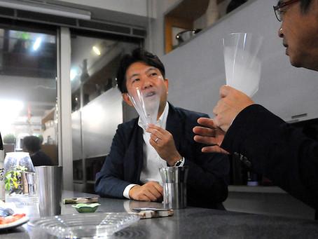コロナ禍でも飲食時のコミュニケーションを円滑に。口に当て飛沫を防止する、手持ちマスク「CCコーン」の提供開始。