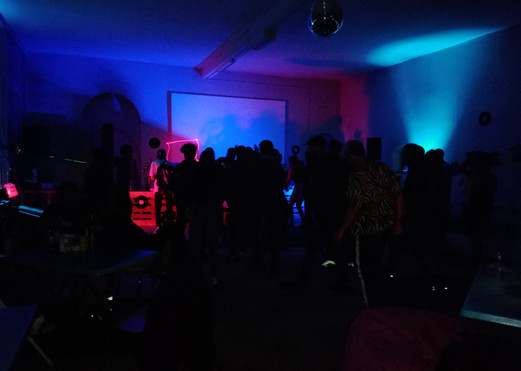 Im Dunkeln traut sich jede*r zu tanzen! Hihi.
