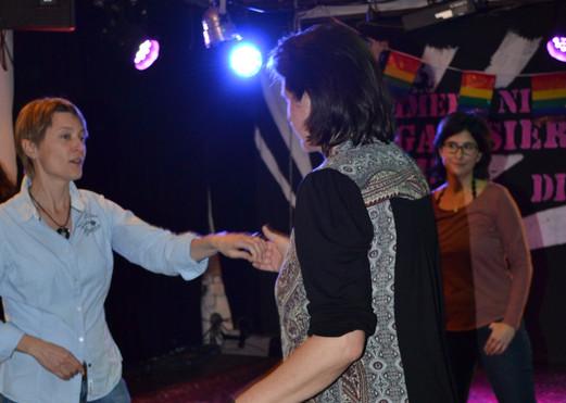 Tanzworkshop: Ursula Winterhalder (li) zeigt vor, wie's geht.