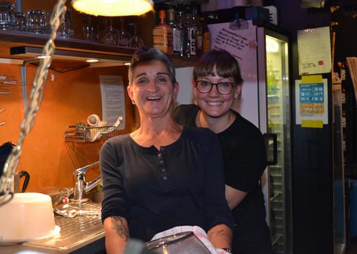 Für Euch an der Bar: Mo & Corina!