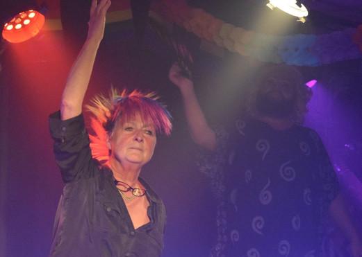"""Verena! Gewinnerin des ersten Thuner «Queer Wear»-Awards! Verena (oder auch bekannt als Vrenu) ist seit vielen Jahren in der Thuner Frauen-Szene aktiv (Stichwort """"Bunte Truppe Thun""""), und drum freut es uns doppelt, dass wir ausgerechnet ihr diesen Preis verleihen dürfen. Du bist uns ein Vorbild und eine Wegbereiterin. Wer, wenn nicht du, hat Ehre verdient? Auf Dich, «Miss Queer Wear Thun»!"""