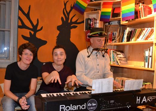 Die beiden Queer Thun Frauen Marga & Eve mit Harper 7.