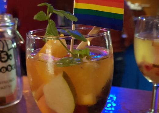 Regenbogen-Bowle. Extra für diesen Abend kreiert von unserer Chef-Barkeeperin Corina!