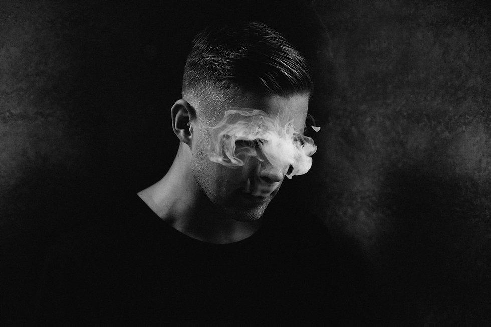 연기와 남성 초상화