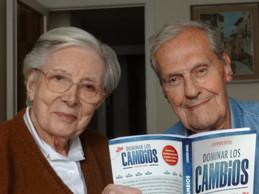 Jaume y Joana con el libro