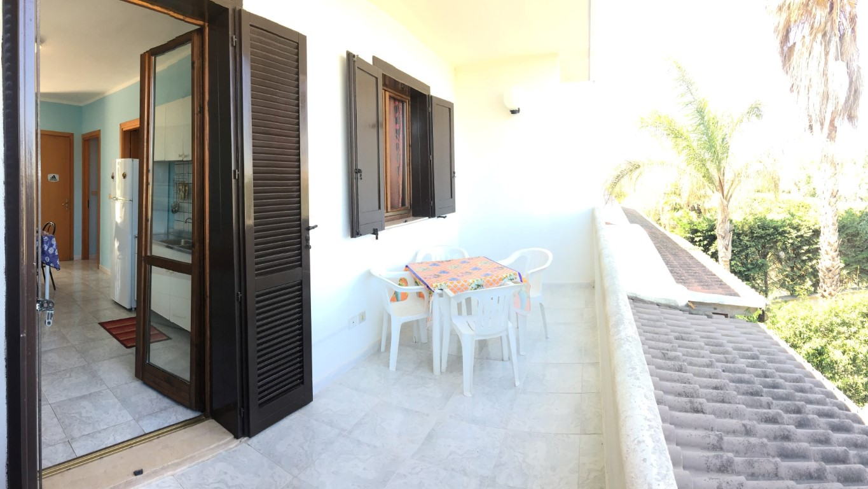 terrazzino esterno con tavoli, sedie