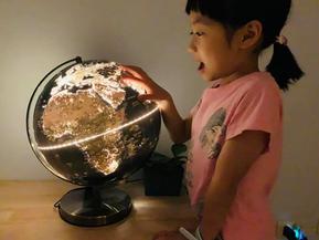 台灣製造的世界級地理教具 SkyGlobe古銅色12吋發光地球儀 中英文對照地形城市人口 同步自然與人文地理