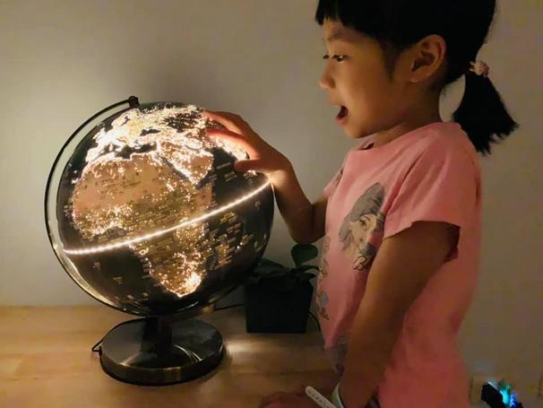 台灣製造的世界級地理教具|SkyGlobe古銅色12吋發光地球儀|中英文對照地形城市人口|同步自然與人文地理