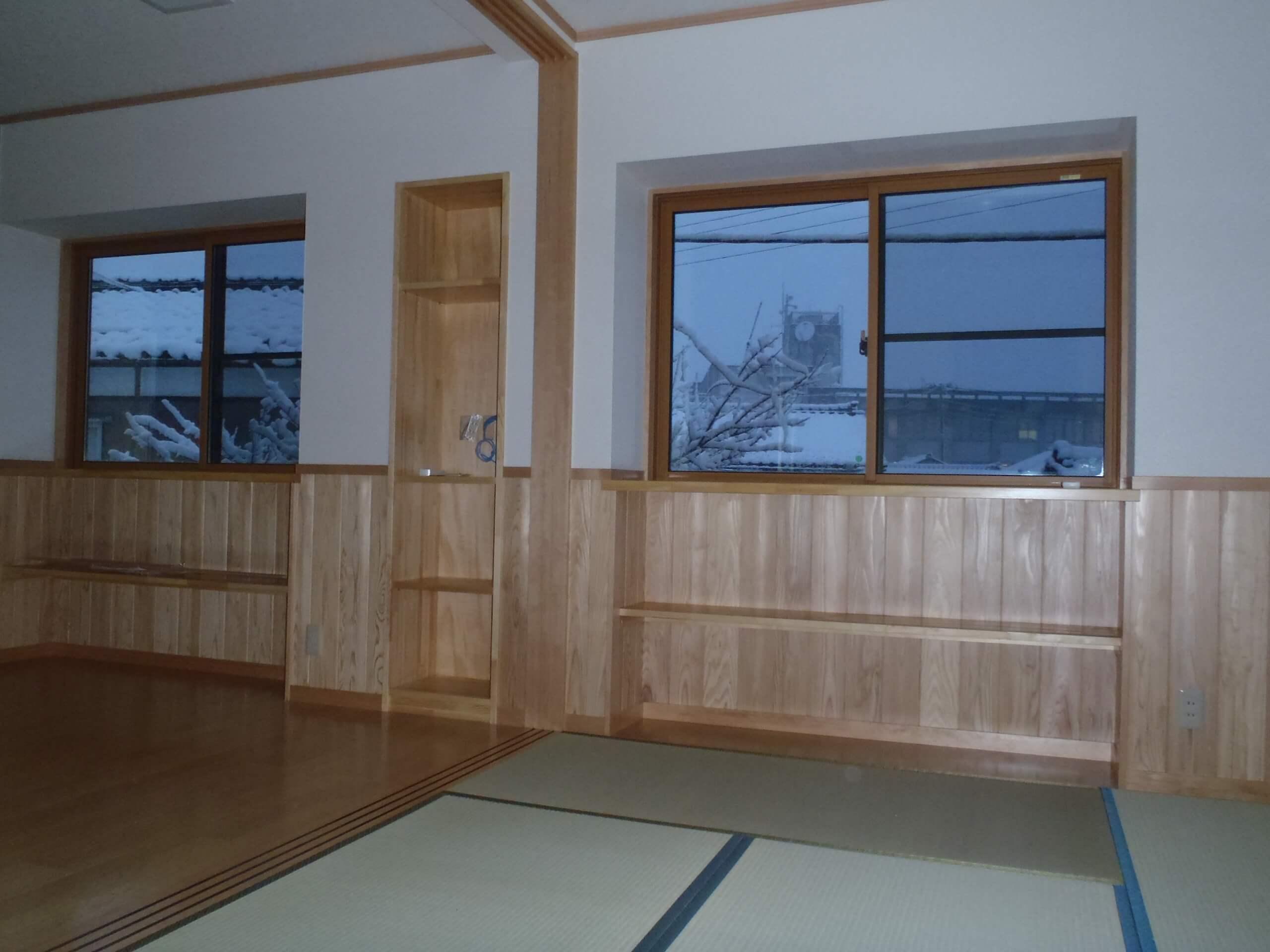 2階居間出窓収納
