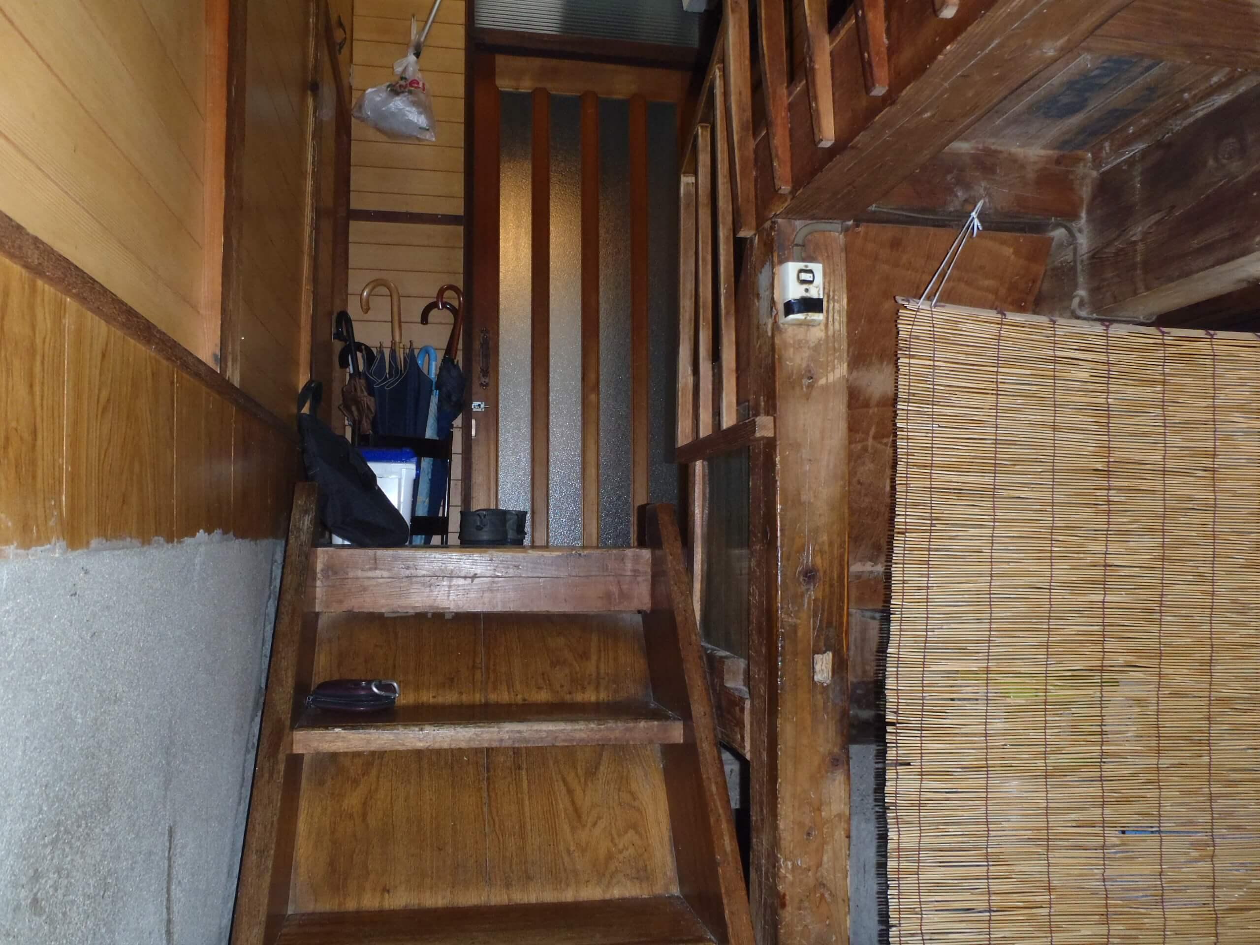 リフォーム前の地下階段