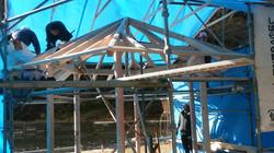 東屋屋根垂木工事中