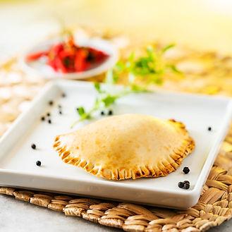 Pastel assado de carne com legumes pican