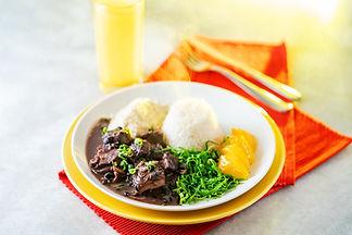 Feijoada, couve, farofa, arroz e laranja