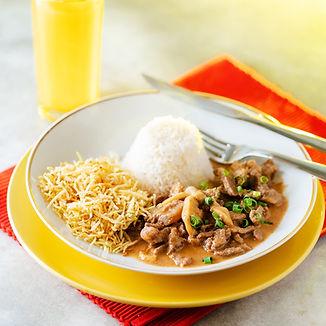 Estrogonofe de carne com arroz e batata
