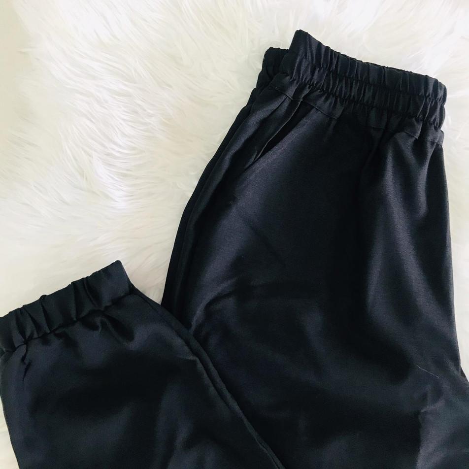 • Calça jogger em crepe com bolso frontal e na parte de trás • Tamanhos: P | M