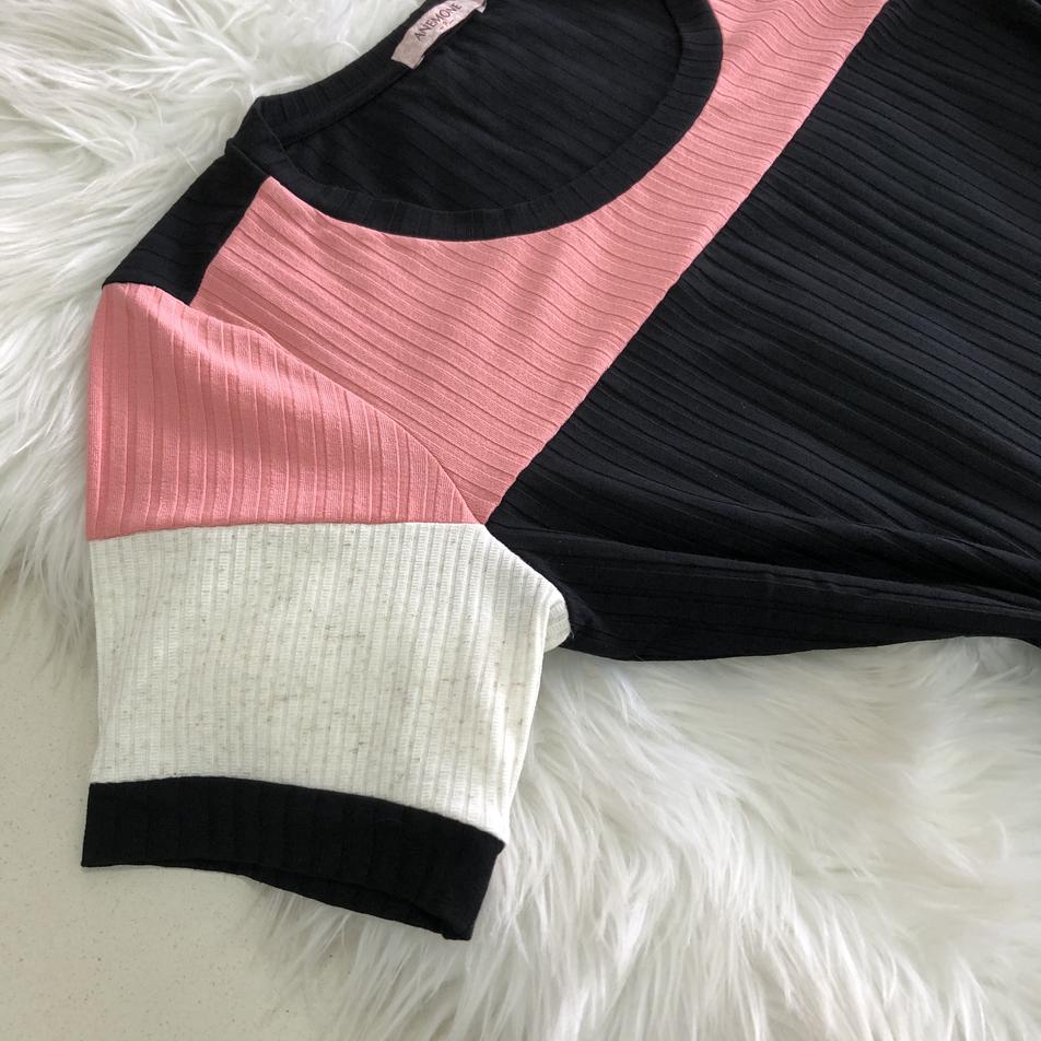 • Blusa em malha canelada com detalhe em recortes • Azul   Rosa   Verde  • Tamanhos: P   M