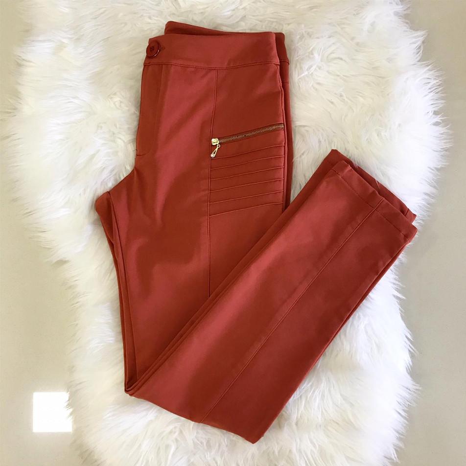 • Calça skinny cotton nylon, na cor terracota. Detalhe drapeado e zíper  fake na frente • Última M (veste 40)