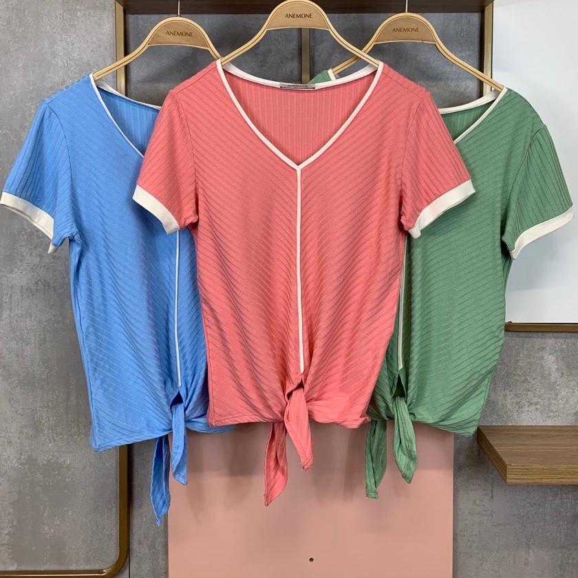 • Blusa em malha canelada com detalhe de vivo, punho na manga e nó na barra • Azul   Rosa   Verde • Tamanhos: P   M   G   GG