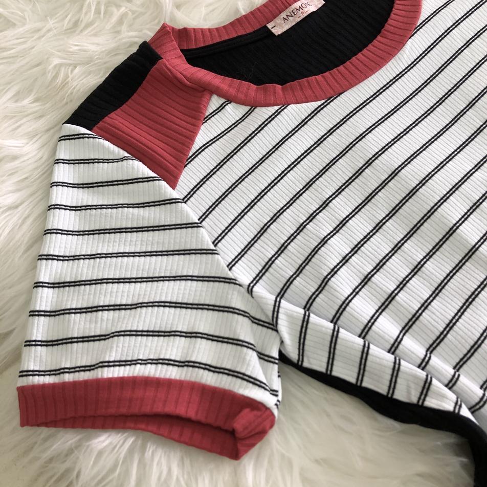 • Blusa em malha canelada com detalhe em recortes, punho na manga e fendas na barra • Tamanho: P