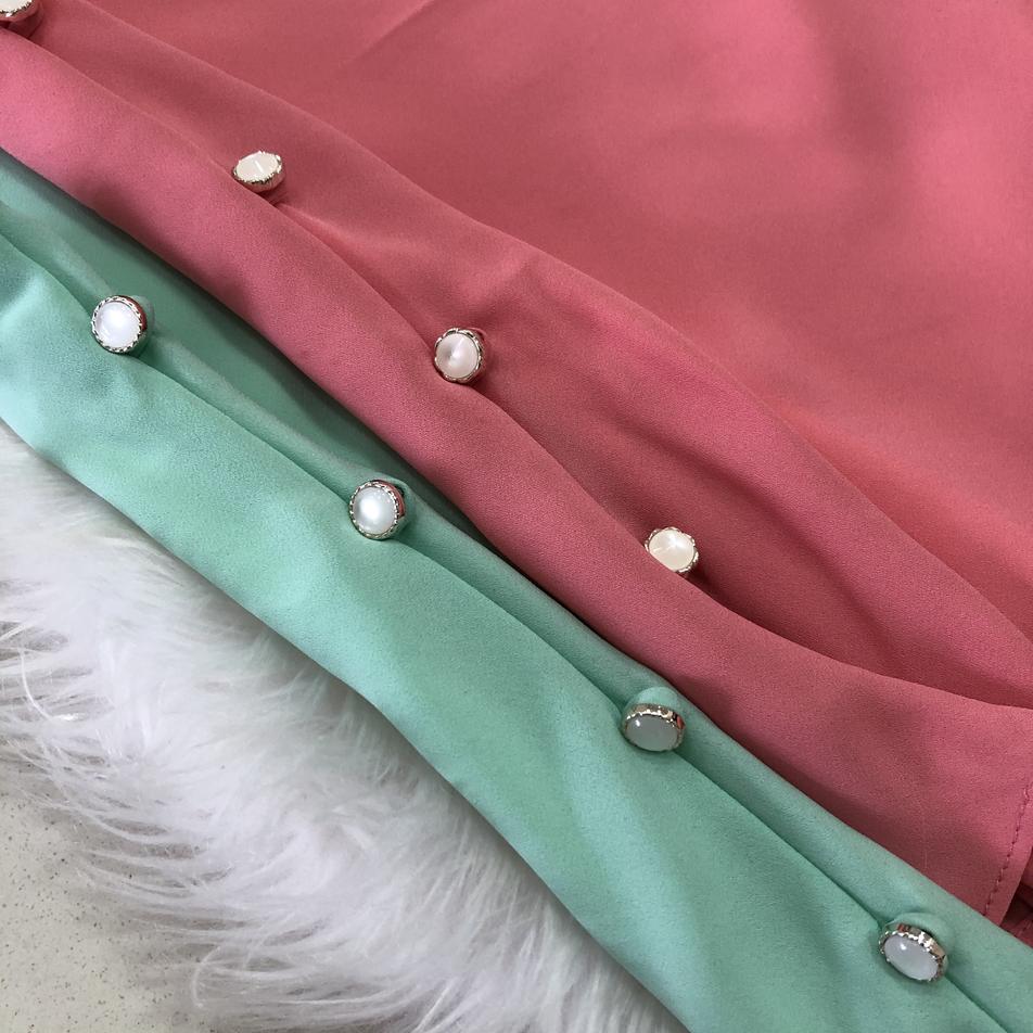 - Regata em chiffon, sem regulagem na alça e com detalhes em botões de pérola na lateral. - Disponível nas cores verde e rosa.