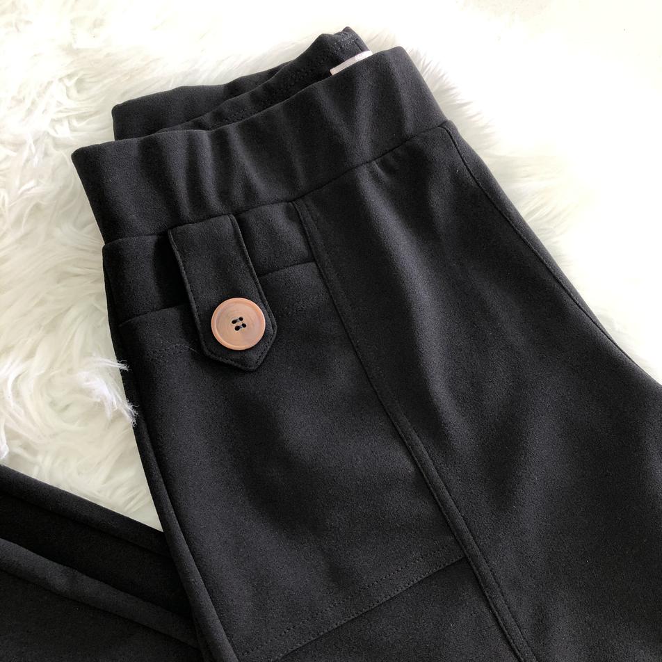• Calça cenoura, detalhe em botões e lapela, bolso frontal • Última P