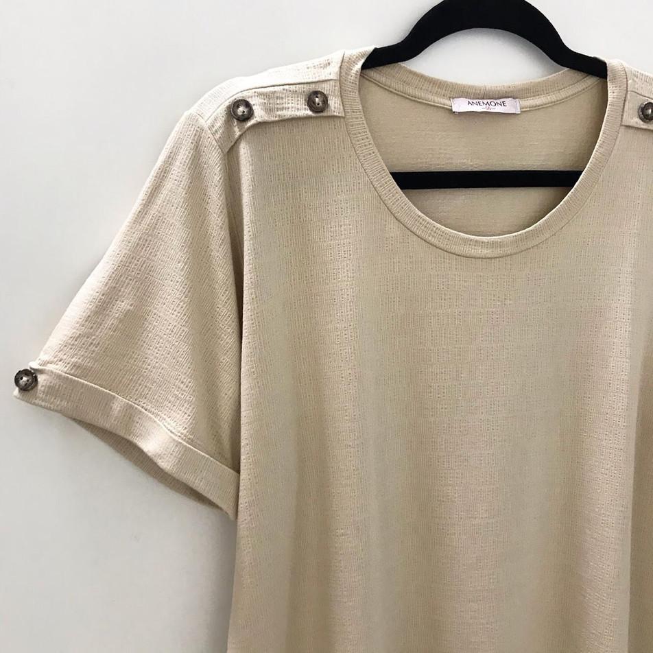 • Blusa com detalhes em botão no ombro, e manga dobrada • Última GG   cru