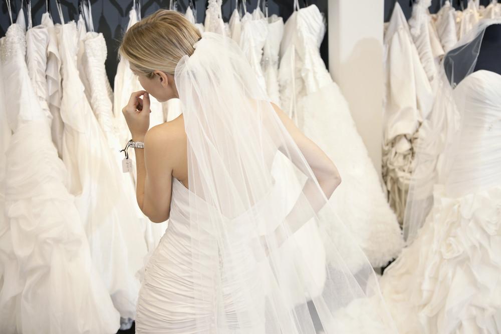 Примерка свадебных платьев в салоне