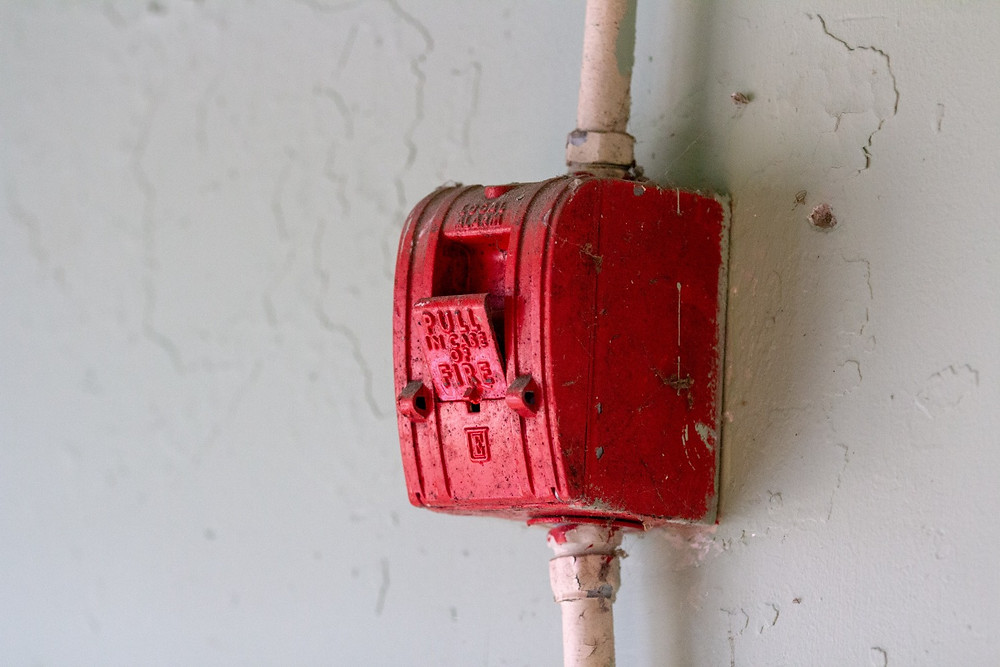 Picture of a fire alarm, pull in case of fire