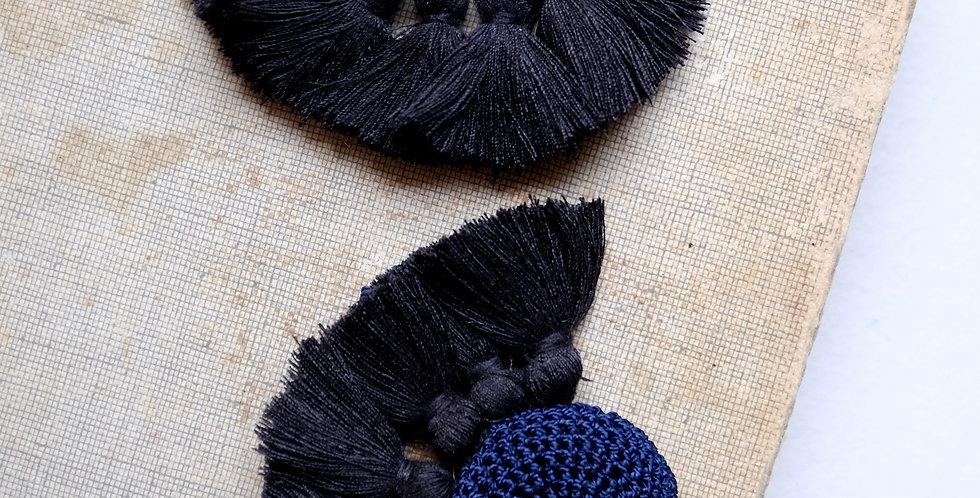 """HAMIMI """"TOUGANA"""" Gehäkelte Ohrringe - Midnight Blue & Black"""