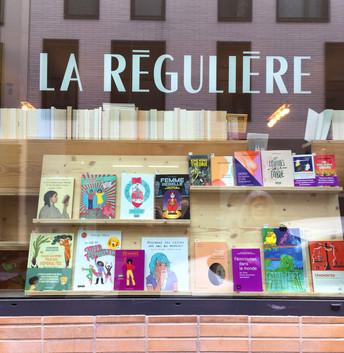 Panthère Première dans la vitrine de la libraire La Régulière, Paris 18